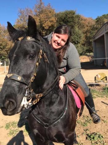 Jaleo, un caballo operado en IVO de performación ocular, con su propietaria