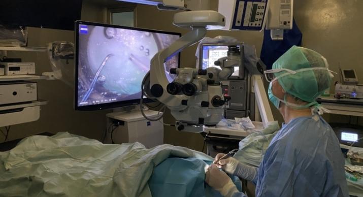 Operación de catarata en quirófano IVO con sistema 3D